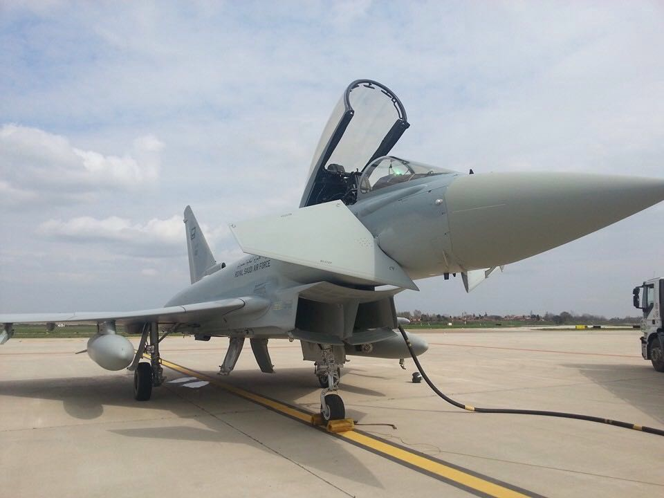 Il rifornimento del caccia saudita all'aeroporto Marconi di Bologna
