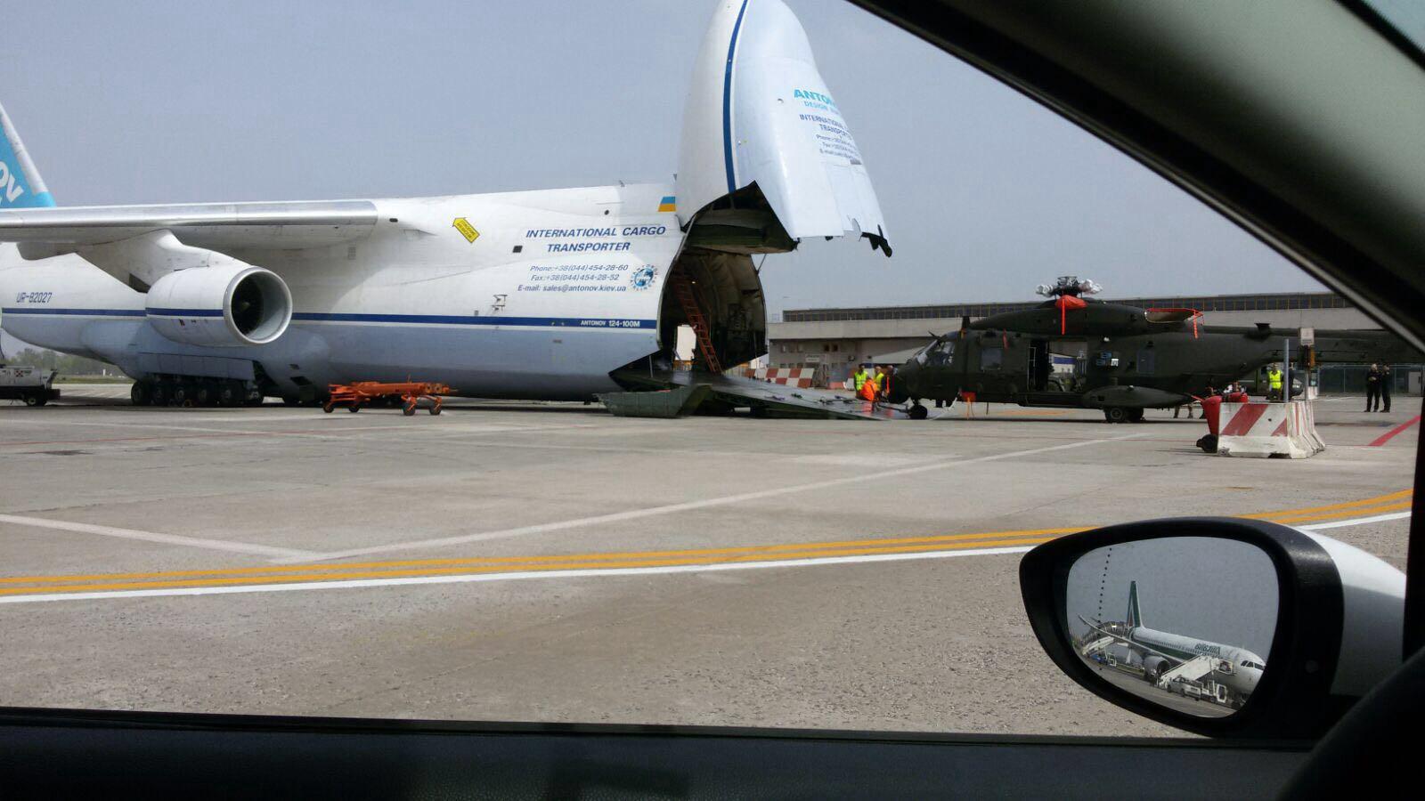 Elicottero militare sta  per essere caricato su un Antonov russo, all'aeroporto di Bologna